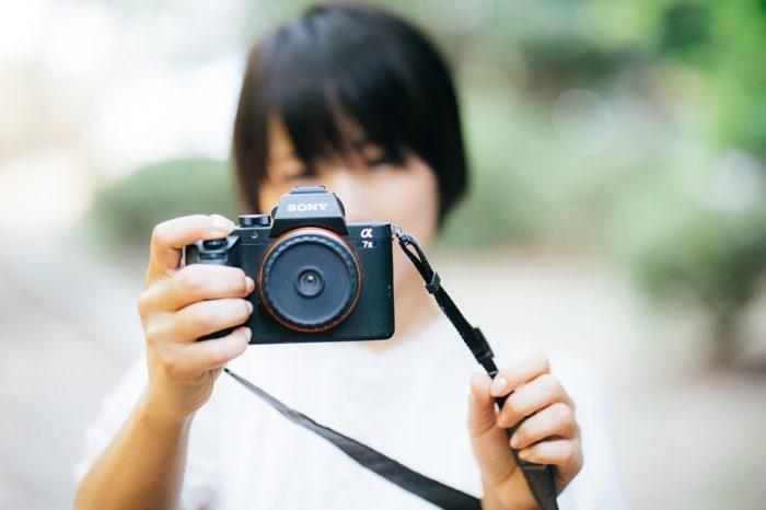 オールドカメラを持つ少女の写真